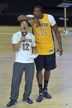 cheap for discount 5d46d df42a Dwight Howard, wearing Lakers jersey, cheating at Pop-A-Shot ...