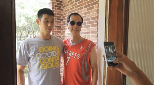 Hilarious Video: Jeremy Lin hangs out with his biggest fan PapaJumba Jeremy Lin Dunk In Middle School