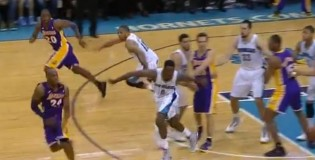 Lakers fool the entire Hornets team & Kobe gets an easy breakaway dunk with 20 seconds left