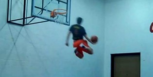 CRAZY Backboard Slingshot Dunk by 5&#8217;11&#8243; Tyler &#8220;Jukebox&#8221; Ray