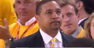 Mark Jackson gets emotional as he pulls the Warriors&#8217; starters in their final game of the season