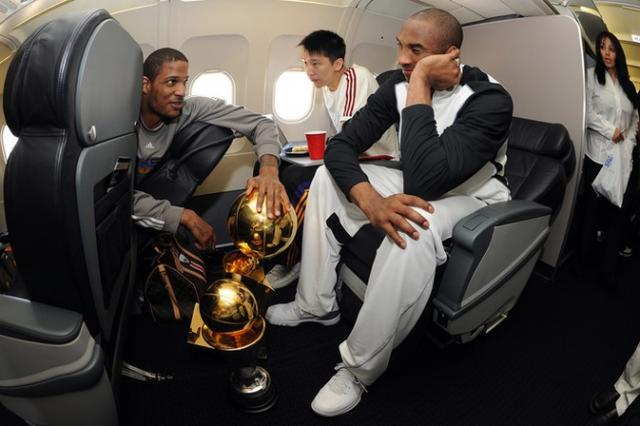 ad59ea9af66e Trevor Ariza talks to Kobe Bryant with Sun Yue alongside on the airplane ...