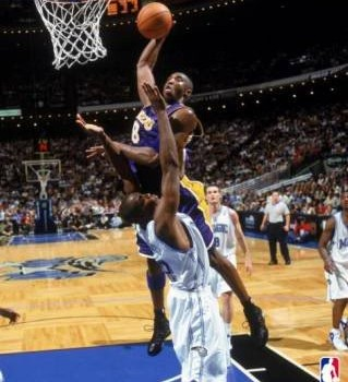 kobe_dunks_over_dwight_howard2