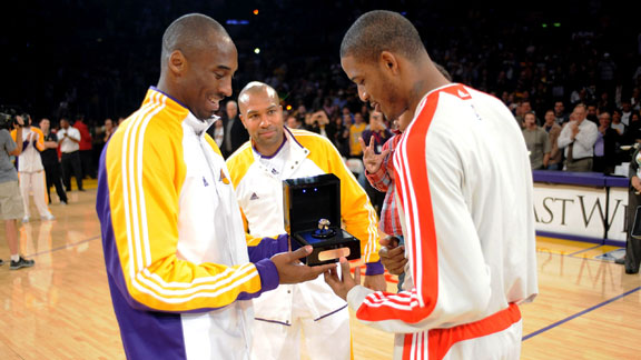 6df8a1b037dd Trevor Ariza talks to Kobe Bryant with Sun Yue alongside on the airplane  nba g kobe-ariza01 576 · «