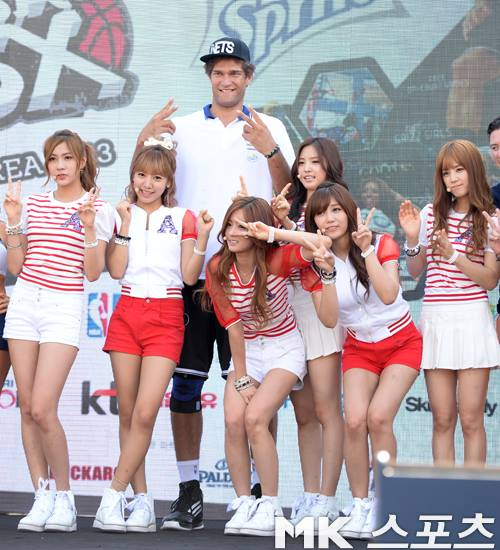 Brook Lopez at the NBA3x Korea event with Pink Panda