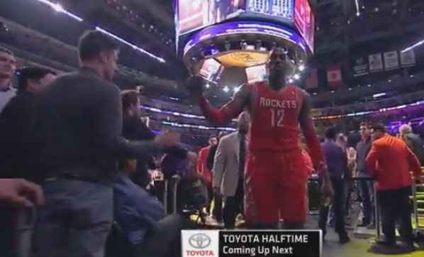 Lakers fan fakes a high five & leaves Dwight Howard hanging