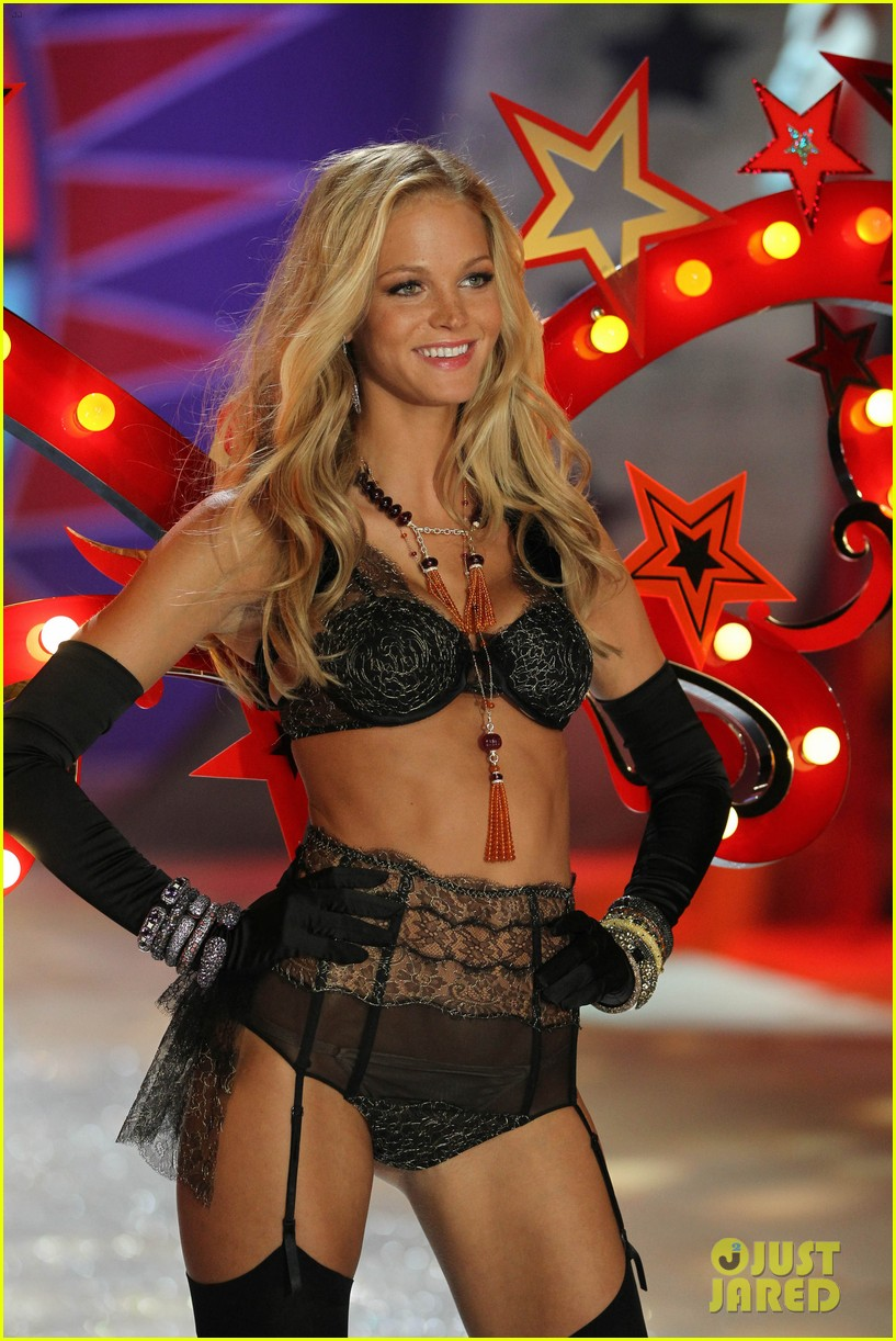 erin-heatherton-behati-prinsloo-victorias-secret-fashion-show-2012-32