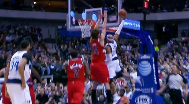 Vintage Vinsanity dunks on Robin Lopez