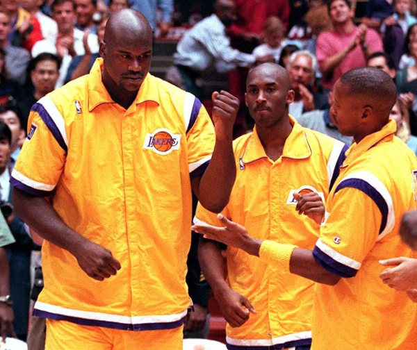 Shaquille O'Neal(L) of the Los Angeles Lakers (L)