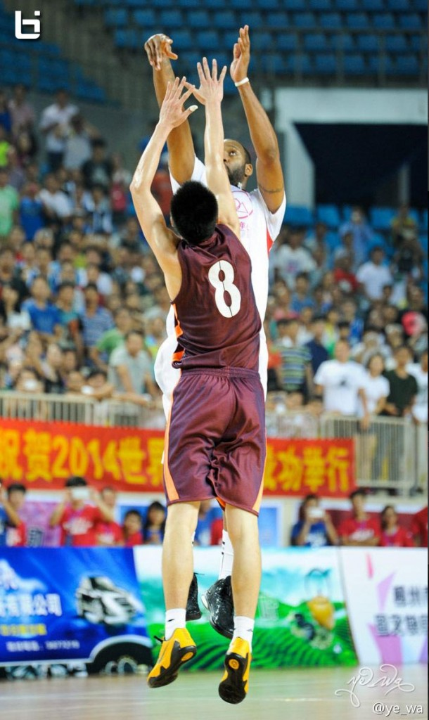 Tracy McGrady hits game winner in China with the USA Legends (5 angles)